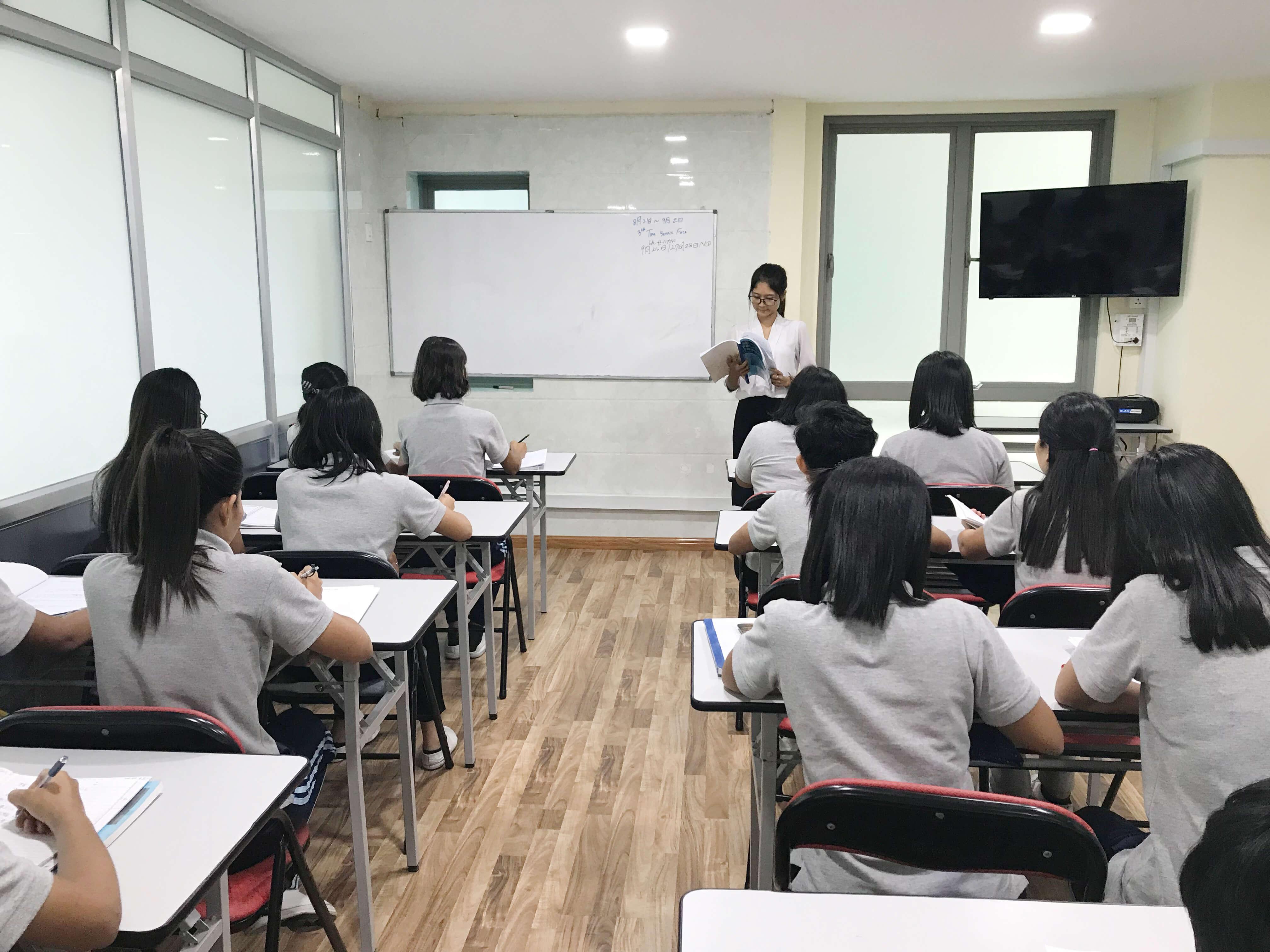 授業を受ける技能実習生候補たち