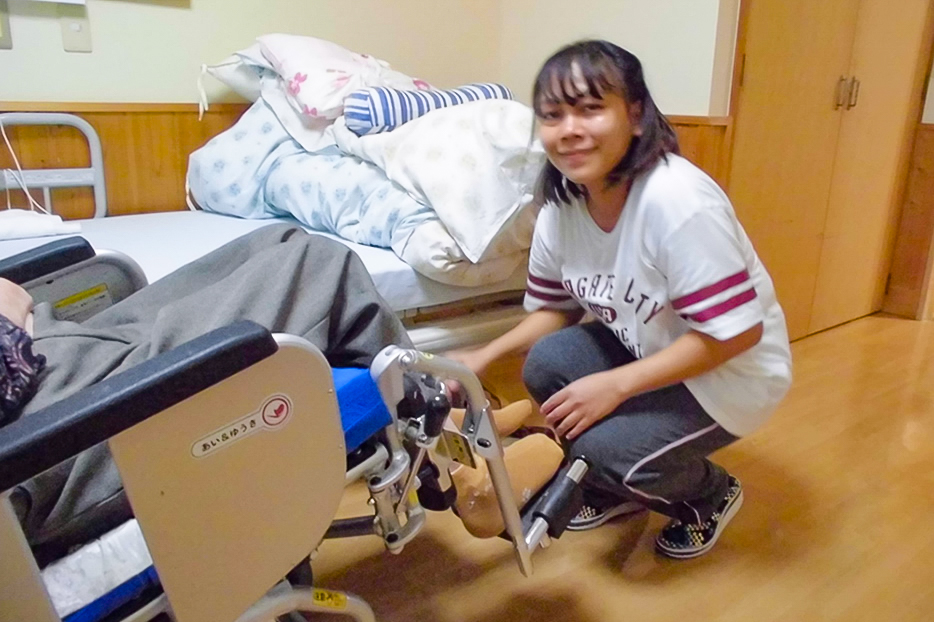 入居者のケアをする介護技能実習生