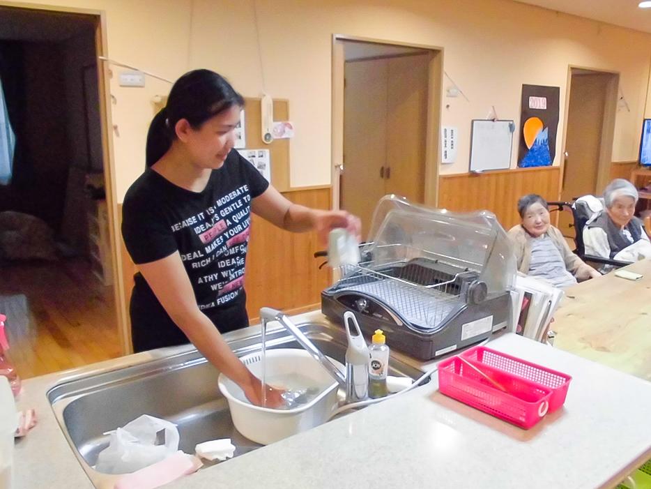 食器洗いをする技能実習生