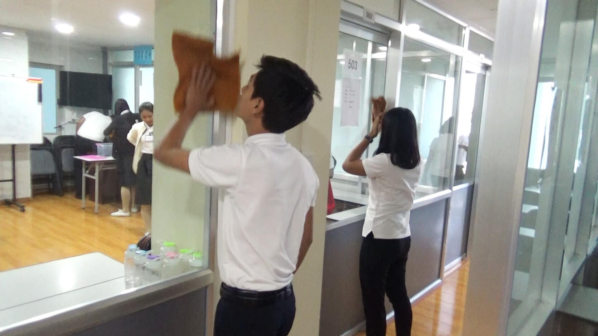 教室の窓ふきをする技能実習生
