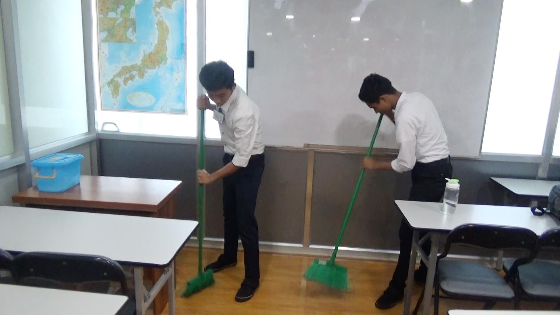 教室を掃除する技能実習生