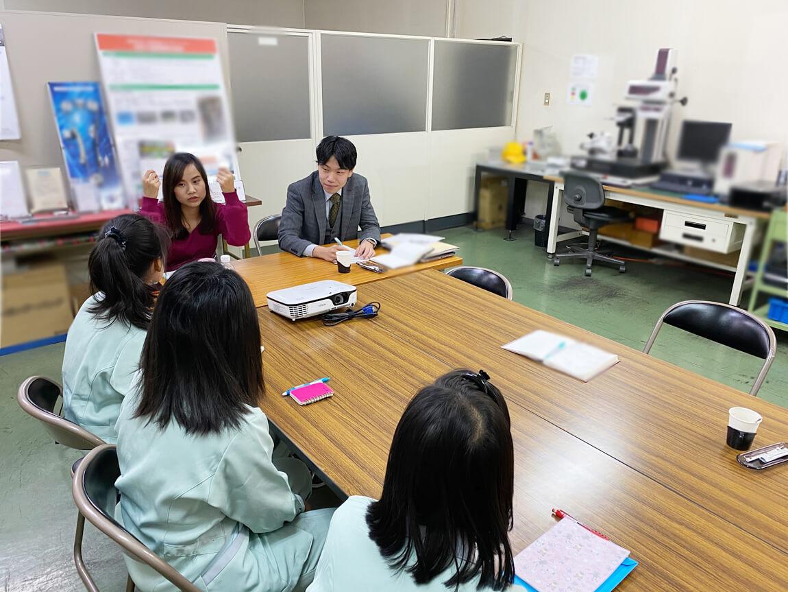 巡回する職員と会話をする技能実習生